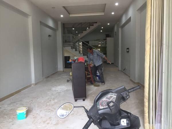 Thợ đang sơn nhà