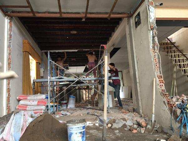 Thợ sửa lại trần nhà