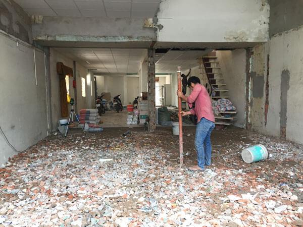 Thợ đang sửa nền nhà