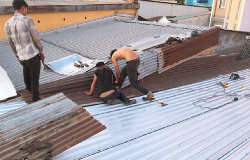 Dịch vụ thay mái tôn chống dột mùa mưa bão